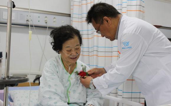 양산 베데스다병원 '어버이날 카네이션 달아드리기'로 사랑을 실천